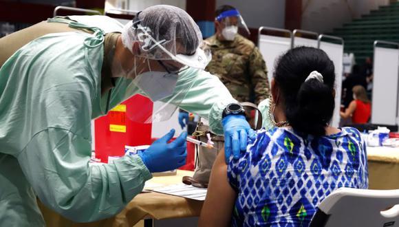 Una mujer recibe la vacuna de Moderna contra la covid-19 en el Coliseo Pedrín Zorrilla, en San Juan (Puerto Rico). (Foto: EFE/Thais Llorca/Archivo).