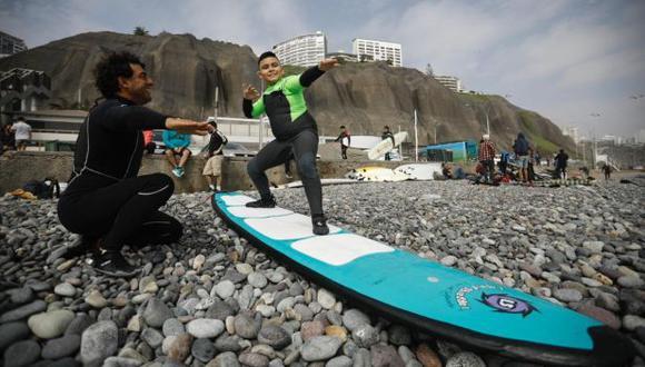 En Makaha, Miraflores, se dictan clases de surf, aunque hay mucho menos público que en años anteriores. (Foto: Joel Alonzo/GEC)