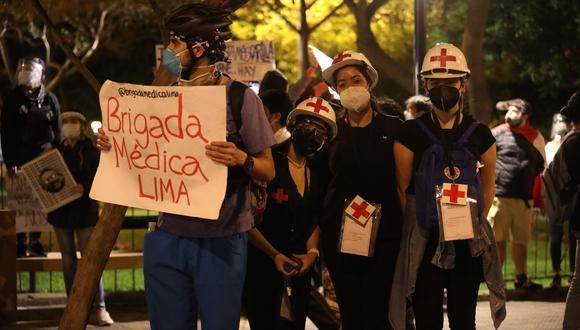 La Brigada Médica Lima es un grupo jóvenes de voluntarios capacitados en primeros auxilios, que acompañan en las manifestaciones para brindar asistencia médica a quien lo requiera. (Britanie Arroyo / GEC)