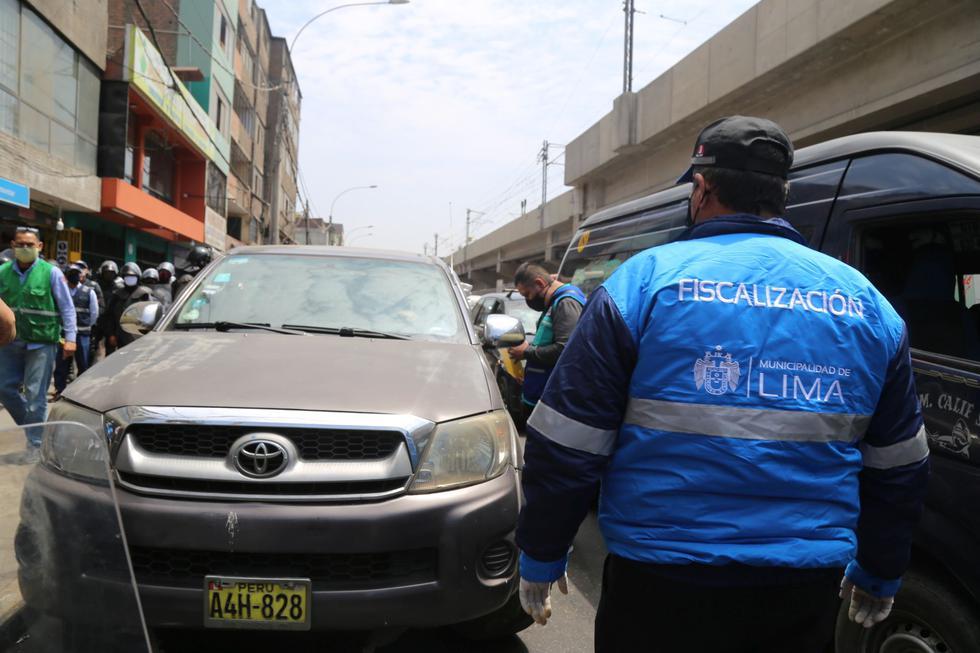 Personal de fiscalización de la Municipalidad de Lima realizó este miércoles una operación para retirar vehículos que se encontraban estacionados de manera irregular en la avenida Aviación. (Foto: MML)