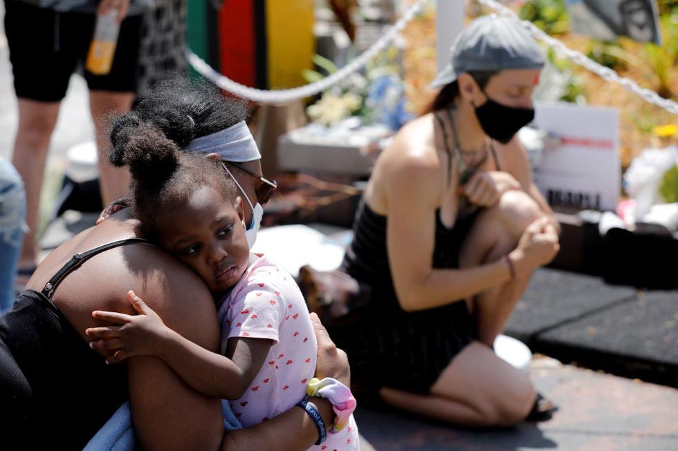 """Jacquana Gray abraza a su hija, Olivia, durante un momento de silencio en el primer aniversario de la muerte de George Floyd, en """"George Floyd Square"""", en Minneapolis, Minnesota, Estados Unidos. (REUTERS/Nicholas Pfosi)."""