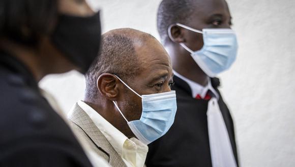 Paul Rusesabagina flanqueado por sus abogados. (AP).