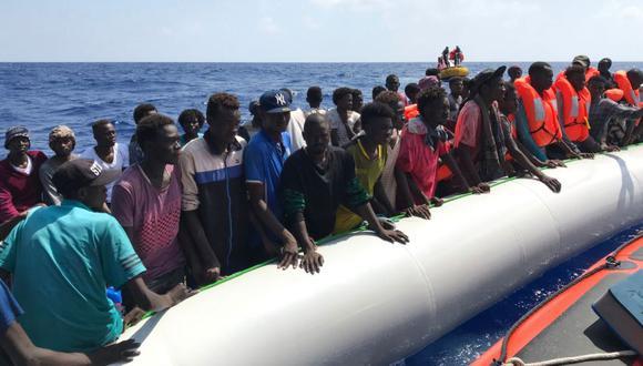 Migrantes se paran en un bote inflable el 10 de agosto de 2019, durante la segunda operación de rescate de miembros de la tripulación del barco de rescate 'Ocean Viking', operado por las ONG francesas SOS Mediterranee y Medecins sans Frontieres (MSF), en el mar Mediterráneo. (Foto Referencial: AFP / Anne CHAON).