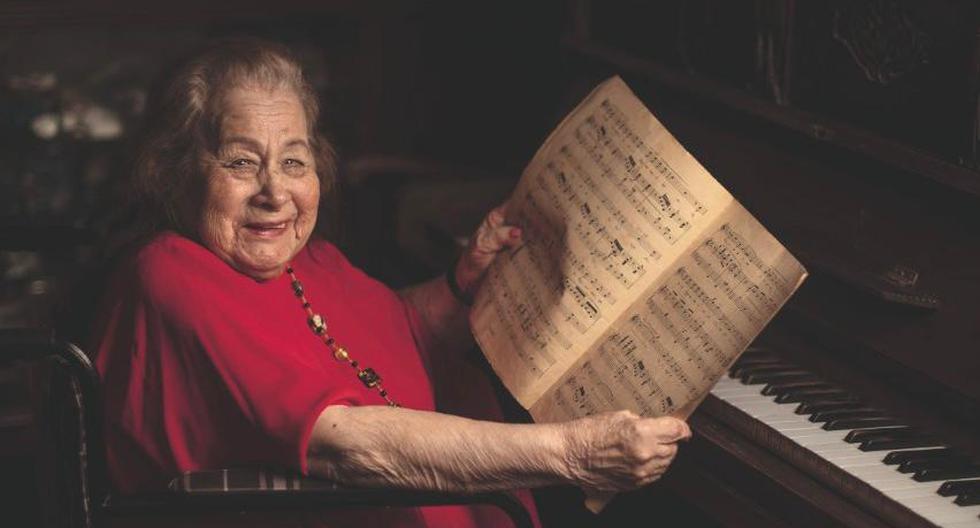 Ana María Parodi, la gran soprano peruana, cumplió 100 años en febrero pasado. Por las tardes gusta tocar piano en la sala de su casa. (Foto: Elias Alfageme)