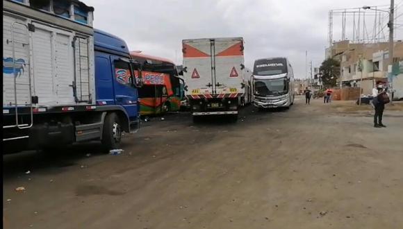 La Libertad: Vehículos y pasajeros varados podrían pasar Año Nuevo en la Panamericana Norte por bloqueo de vías (Foto: Captura de pantalla RPP)