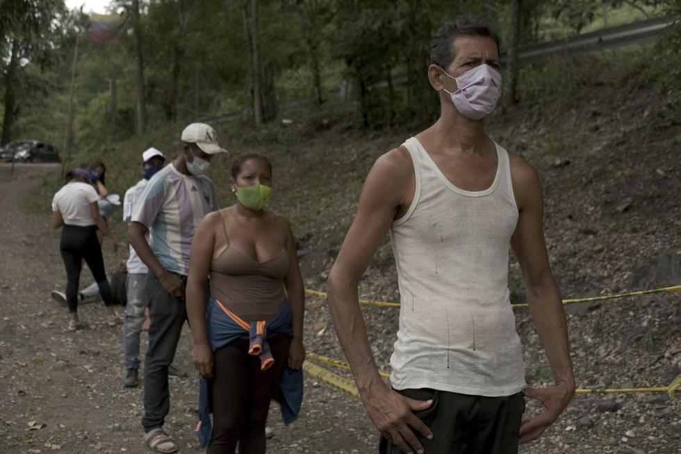 El migrante venezolano José Rivas, de 52 años, hace cola para recibir ayuda de la Cruz Roja de Colombia en Pamplona, Colombia. (AP/Ferley Ospina).