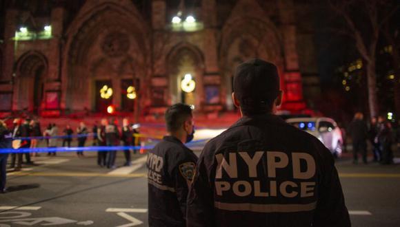 Los agentes de policía montan guardia fuera de la Catedral de San Juan el Divino en Nueva York después de que un tirador abrió fuego fuera de la iglesia. (Foto: Kena Betancur / AFP)