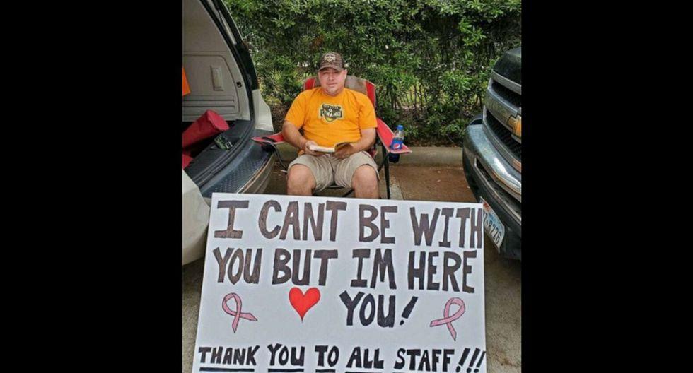 Albert Conner sostuvo un cartel para su esposa cuando recibió quimioterapia. (Foto: Facebook)