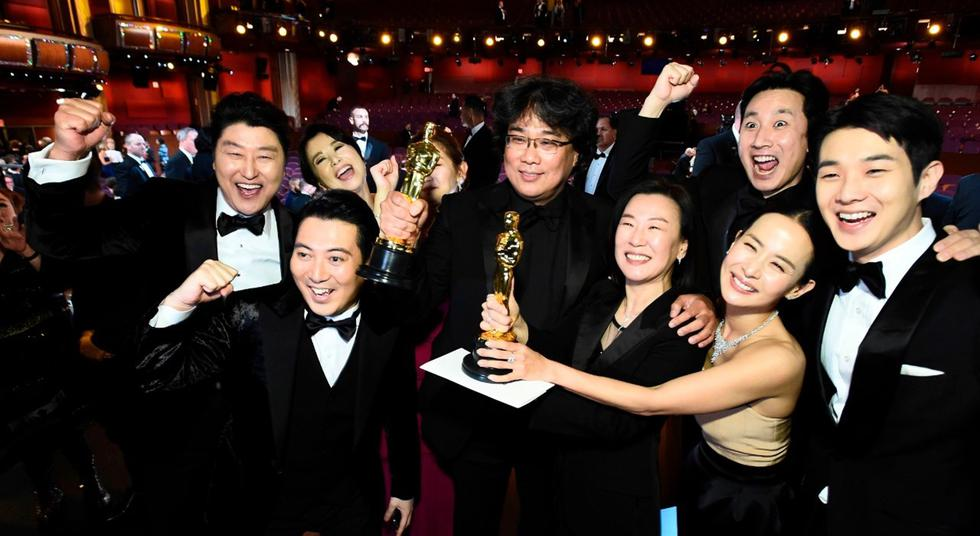 """El elenco de """"Parasite"""" celebra su noche de gloria en el Oscar 2020. (Foto: Agencias)"""