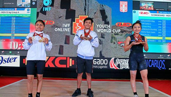 Zaruti, Noel y Analí con las medallas que ganaron en el primer día de competencia del Mundial de Levantamiento de Pesas Sub 17. (Foto: Legado Lima 2019)