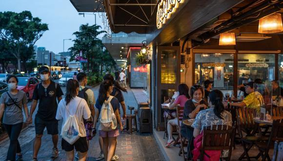 Hong Kong relajó las reglas de distanciamiento social permitiendo cenar en restaurantes y quitarse las máscaras durante el ejercicio al aire libre, como Covid- 19 casos en la ciudad disminuyen. (Foto: Roy Liu / Bloomberg).