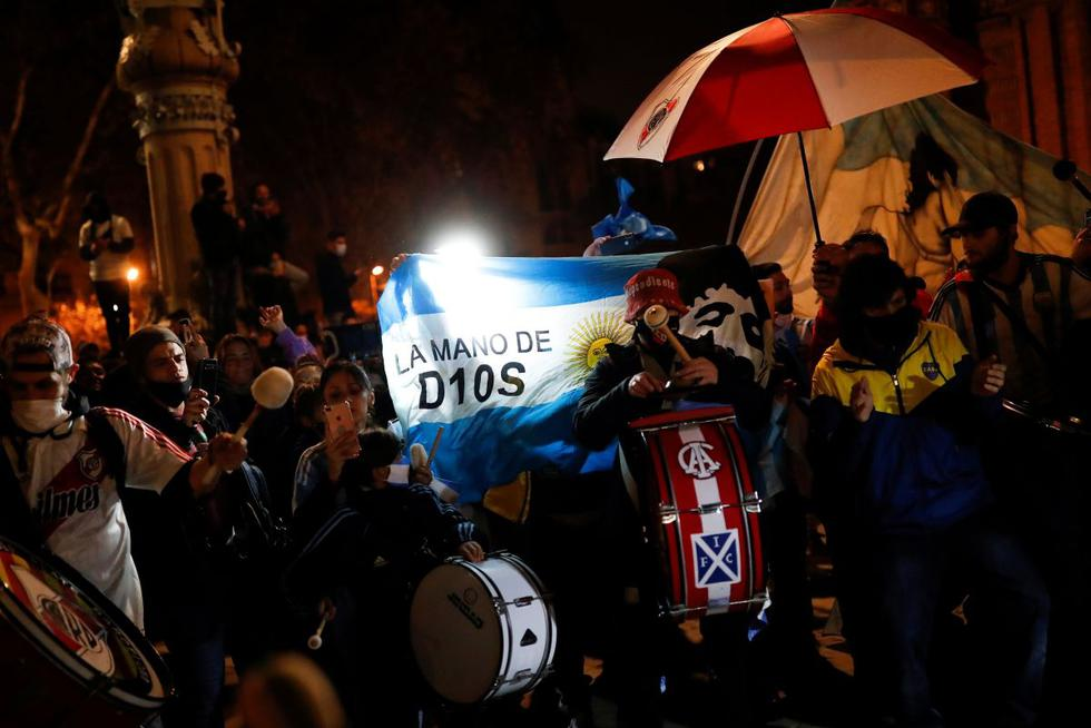Los fanáticos del fútbol rinden homenaje a la leyenda del fútbol argentino Diego Armando Maradona el día después de su muerte. (REUTERS/Nacho Doce).