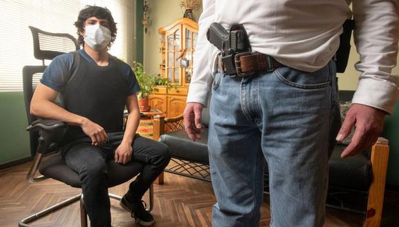 LA LEY Y EL HAMPA. José Raúl Ramírez recibe constantes amenazas luego de haber abatido a un sujeto que quiso secuestrarlo. Pasó unos días en prisión acusado de homicidio. Hoy está libre, pero está impedido de usar su arma y debe recurrir al resguardo privado. (Foto: Luis Miranda)