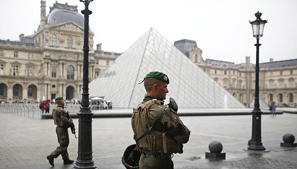 Francia: Evacuaron explanada del Louvre por alerta en elección