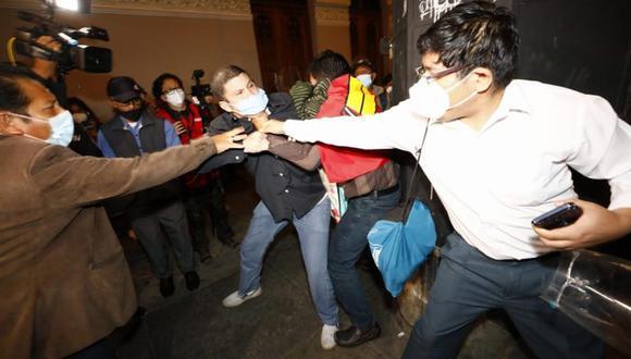 """Con carteles con las frases """"Comunismo, Venezuela"""", """"Castillo, miseria"""" y """"Fuera Castillo"""", los detractores de Pedro Castillo se dispersaron por la Plaza Grau. (Foto: Eduardo Cavero / @photo.gec)"""