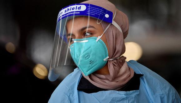 Una trabajadora de la salud se prepara para realizar pruebas de coronavirus Covid-19 en una clínica de Sydney, ciudad golpeada por la variante Delta. (Foto de Saeed KHAN / AFP).