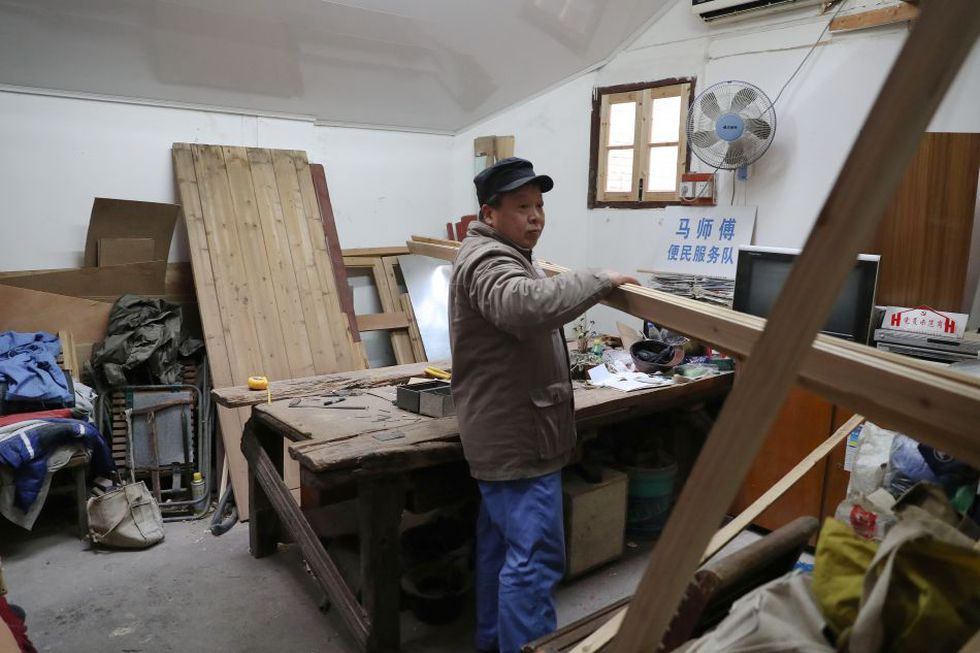 Muchas casonas están en peligro por su escaso mantenimiento. Es ahí donde interviene el ebanista de 57 años. (Foto: AFP)