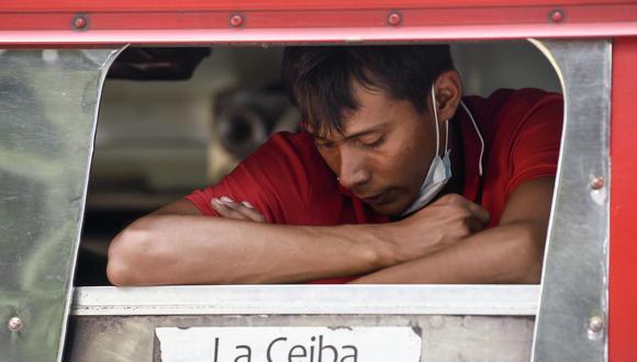 Un migrante hondureño espera dentro de un autobús afuera del refugio donde se hospedan en el municipio de San Marcos, Guatemala, el 3 de octubre de 2020. (Foto de ALFREDO ESTRELLA / AFP).