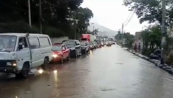Imágenes difundidas por el citado medio se observa la larga fila de vehículos que se encuentran varados debido al huaico. Además, varias viviendas y calles han quedado inundadas. (Foto: Captura Canal N)