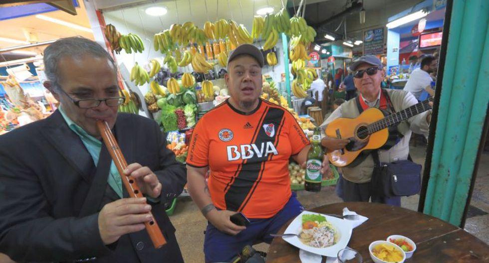 Gustavo, hincha del equipo 'millonario', disfrutó de un almuerzo marino en un mercado de Surquillo (Foto: Rolly Reyna)