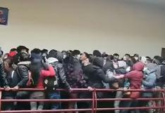 El impactante momento en el que varios estudiantes caen de un cuarto piso en universidad boliviana | VIDEO