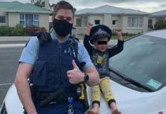 El increíble motivo por el que un grupo de policías visitó la casa de un niño de solo 4 años