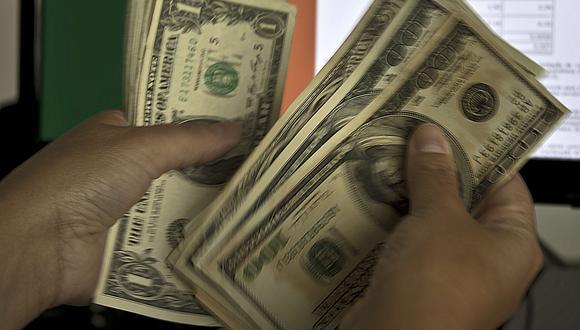 El dólar cotiza un alza de 4,55% frente al día anterior. (Foto: AFP)