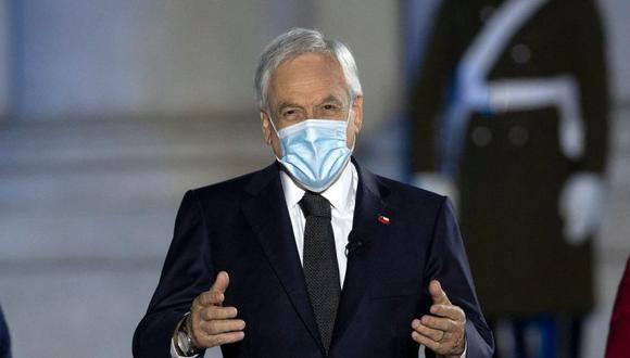 El presidente de Chile, Sebastián Piñera durante un homenaje a las víctimas de la pandemia del coronavirus COVID-19 en el palacio presidencial de La Moneda, en Santiago (Foto: CLAUDIO REYES / AFP).