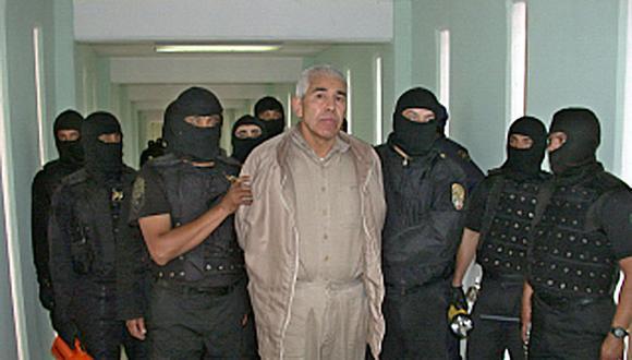 Miembros de la Policia Federal Preventiva (PFP) custodian al narcotraficante Rafael Caro Quintero el 29 de enero de 2005. (Foto: AFP).