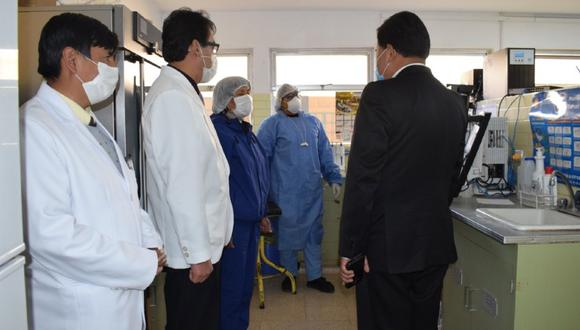 Puno: Especialistas del hospital Carlos Monge Medrano de Juliaca inició la producción de ivermectina para el tratamiento de pacientes COVID-19. (Foto Diresa Puno)