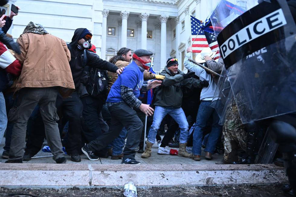 <b>Esta tarde la noticia que simpatizantes del presidente Donald Trump ingresaron al Capitolio federal en Washington DC provocó un revuelo en redes sociales. </b>(Foto: Brendan Smialowski / AFP)