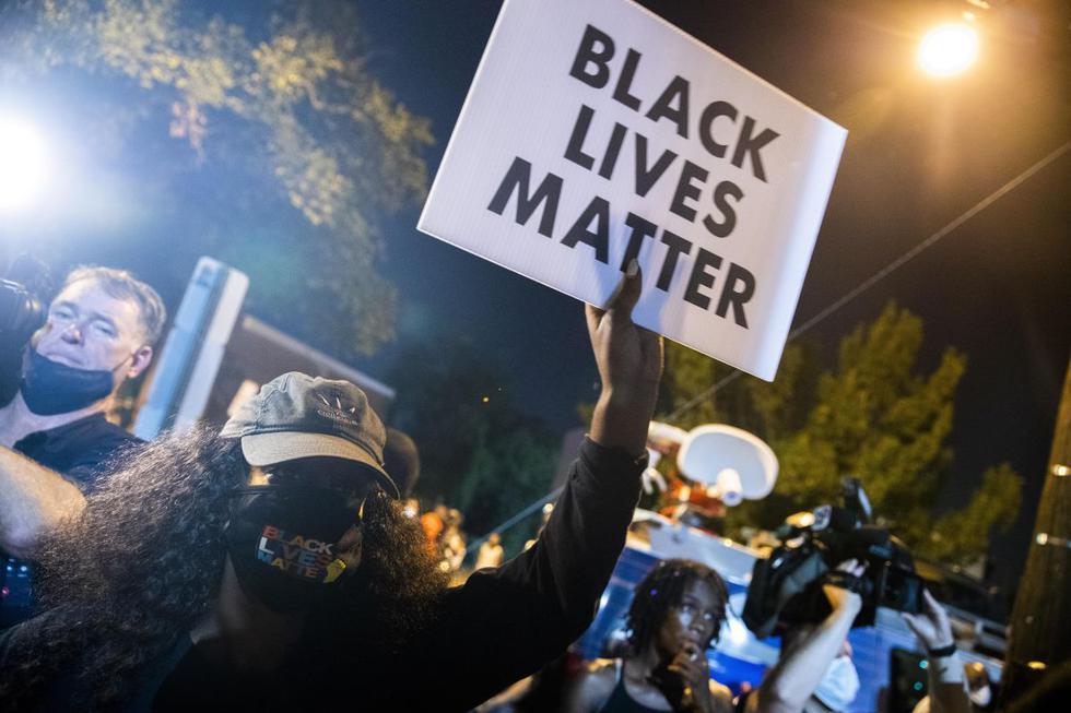 Protestas por el caso Deon Kay. Los manifestantes se enfrentan a oficiales del MPD en la estación de policía del 7mo distrito después de que un oficial disparó y mató a un hombre en el sureste de Washington, DC, Estados Unidos. (EFE/SHAWN THEW).