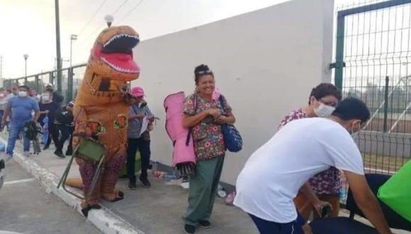 El enorme tiranosaurio, se abrió paso entre las personas al llegar a la Unidad Deportiva donde se aplica la vacuna. (Foto: El Universal de México, vía GDA).