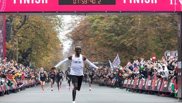 Eliud Kipchoge y el momento en el que consigue la hazaña. (Foto: AFP)
