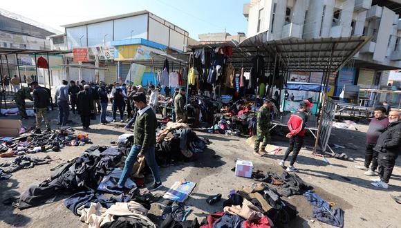 Autoridades y ciudadanos limpian el lugar de la segunda explosión. (Foto: EFE)