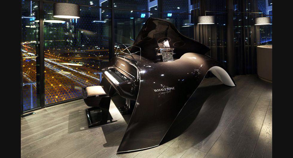 Asimismo, el mobiliario también ha sido concebido para mantener la uniformidad del espacio, como este espectacular piano de cola.