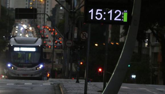 Los meteorólogos dicen que una combinación entre nubes densas y humo proveniente de incendios forestales fue la responsable de que anocheciera antes de tiempo en Sao Paulo. Foto: JORGE ARAUJO/FOTOSPUBLICAS, vía BBC Mundo