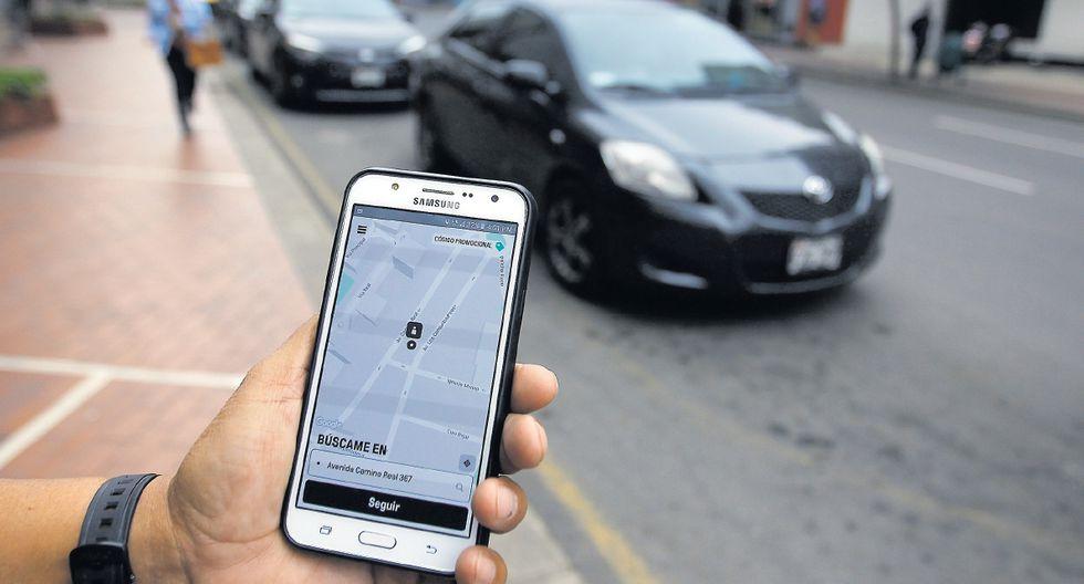 Según una encuesta de Ipsos de marzo del año pasado, el 26% de limeños que habían utilizado un taxi lo hizo a través de una aplicación móvil. El 68% había optado por tomarlo en la calle. (Foto: Hugo Pérez / El Comercio)