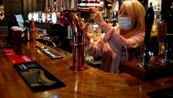 Una de las actividades más arriesgadas ante la pandemia del nuevo coronavirus  es ir a un bar. (Foto: Reuters)