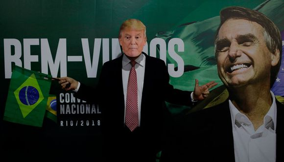 Un seguidor del actual presidente Jair Bolsonaro posaba con una máscara de Donald Trump luego de anunciar su victoria en las elecciones del 2018 en Brasil. (Archivo Reuters)