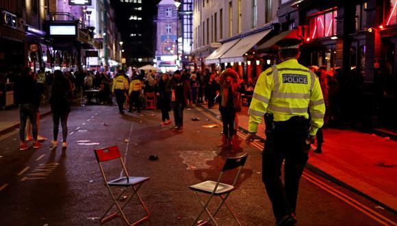 La policía de Inglaterra patrulla el área de Soho de Londres el 12 de abril de 2021, en plena pandemia de coronavirus. (TOLGA AKMEN / AFP).