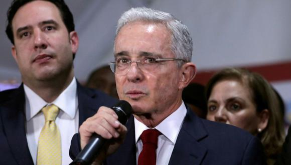 El expresidente de Colombia, Álvaro Uribe, durante una conferencia de prensa luego de una audiencia privada en la Corte Suprema de Justicia, en Bogotá, Colombia, el 8 de octubre del 2019. (Foto: REUTERS / Luisa González).