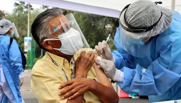 La campaña de inmunización para este grupo etario (63 y 64 años) empezará este lunes 31 de mayo, informó el ministro de Salud. (Foto: Minsa)