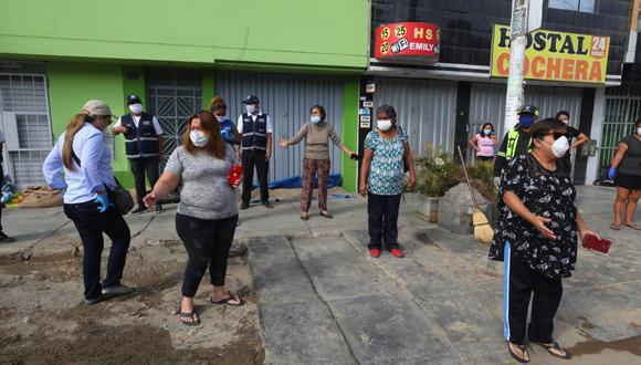 Vecinos responsabilizan a Sedapal por cualquier daño en su salud. Piden ser evaluados por el Minsa. Hay personas con asma y diabetes, considerada población vulnerable frente al coronavirus. (Foto: Gonzalo Córdova)