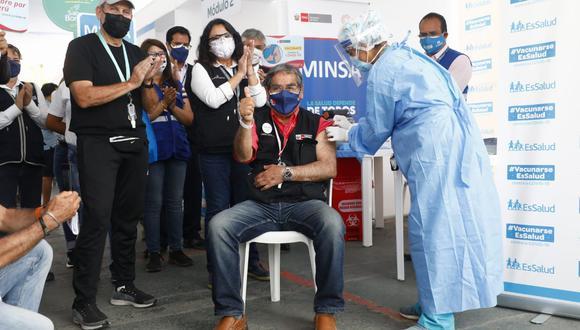 El ministro de Salud, Óscar Ugarte, recibió ayer la primera dosis de la vacuna contra el COVID-19 en el Complejo Multideportivo de San Borja. (Fotos: Eduardo Cavero / @photo.gec)