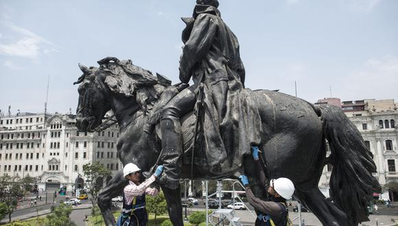 Personal de Prolima toma muestras de la imagen del libertador San Martín, en la plaza que llleva su nombre, para su futura restauración.