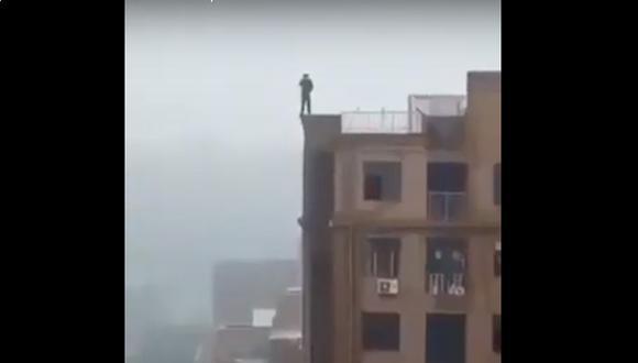 India: Hombre cae del último piso de un edificio cuando intentaba tomarse un selfie.