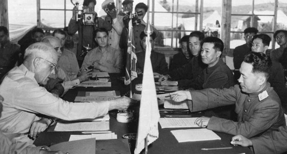 En imagen, el General Blackshear M. Bryan, intecambia credenciales con el teniente general Lee Sang Cho en la sesión de apertura de la Comisión de Armisticio Militar. (Foto: AP)