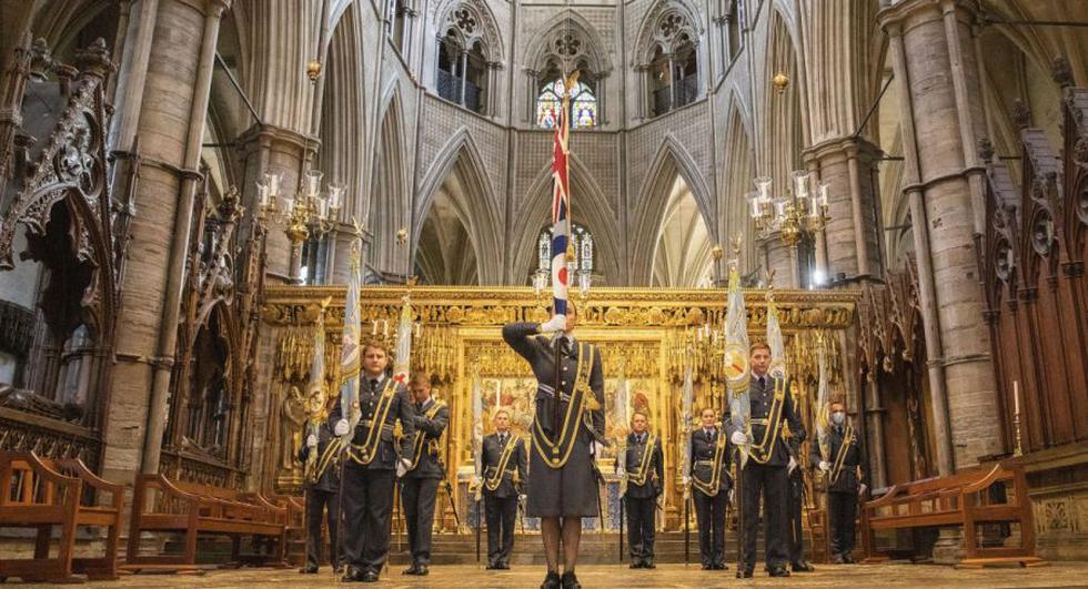 El Ministerio de Defensa británico muestra a los abanderados formados en el altar en el Servicio de la Batalla de Gran Bretaña en la Abadía de Westminster en Londres. (Foto: EFE/EPA/Connor Tierney).