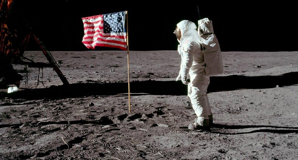 Edwin Aldrin pone la bandera de Estados Unidos en la superficie lunar. (NASA / Neil A. Armstrong)